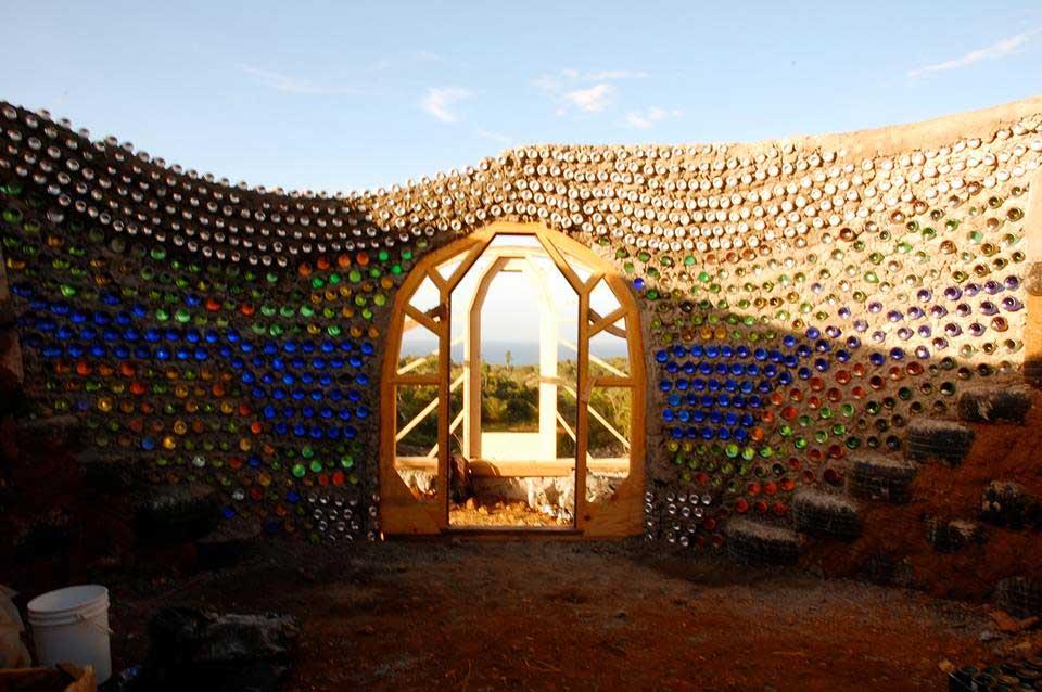 Le mur d'un géonef en bouteilles de verre recyclées - Jenny Parkins - Flickr