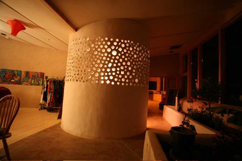 Les matériaux recyclés apportent une touche de design dans un salon - Earthship Kristen - Flickr