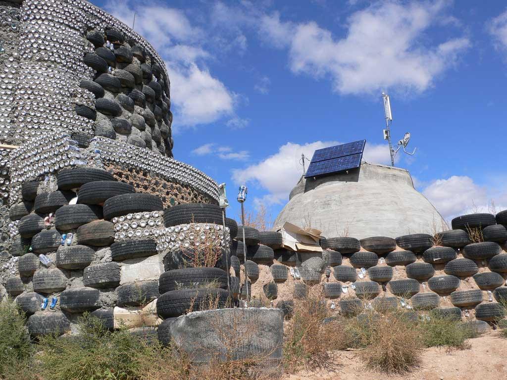 Les murs d'un geonef sont composés principalement de pneus et de canettes recyclés - Lisa Sasser - Flickr