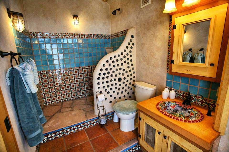 Salle de bain confortable dans un earthship à Taos - Jenny Parkins - Flickr