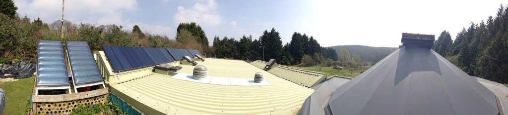 Toiture avec système de récupération d'eau de pluie, chauffage et pannaeaux solaires - Esa Ruoho - Flickr