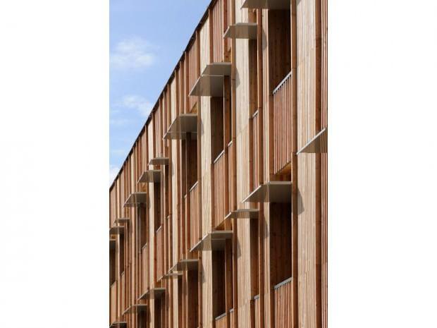 étagères d'une structure en bois