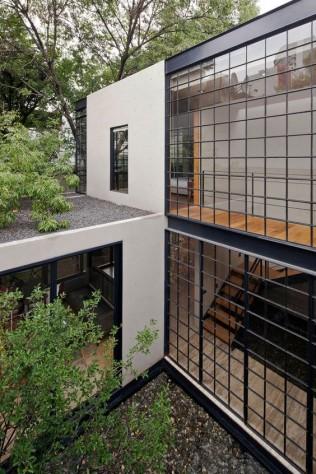 une maison à ossature métallique communique avec son environnement